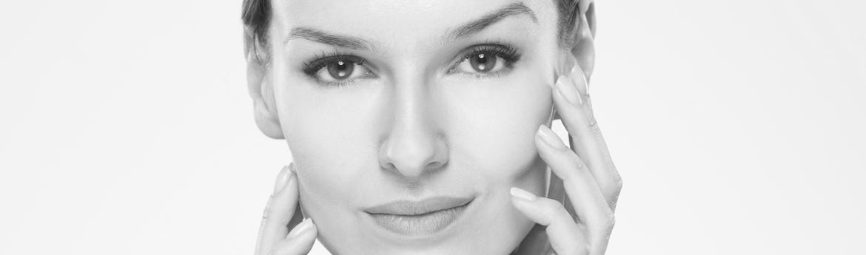 oczyszczanie twarzy - piękna twarz kobiety w średnim wieku